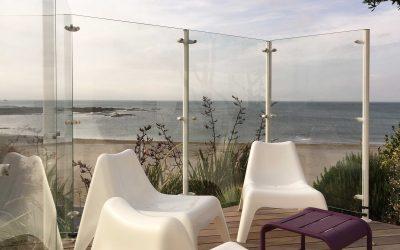 Pare-vent en verre sur terrasse en bois exotique en bord de mer à Noirmoutier.