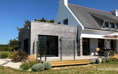 Pare-vent en verre sans cadre Menoral sur terrasse en bois à Concarneau.