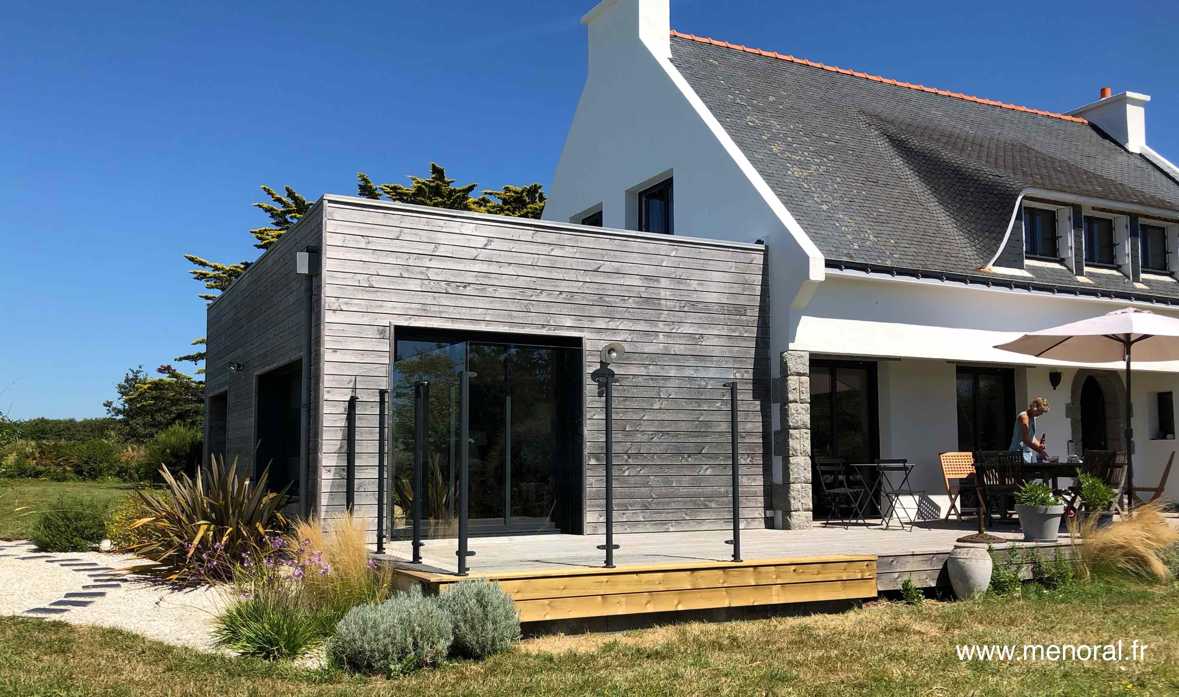 Agrandissement Maison Néo Bretonne pare-vent en verre sans cadre menoral sur terrasse en bois à